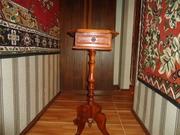 Столик на высокой ножке с выдвижным ящиком